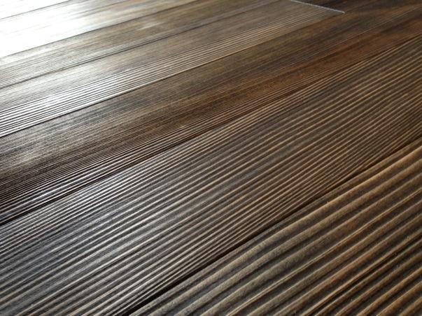 モミの床材と春風のペッパー色の組み合わせ